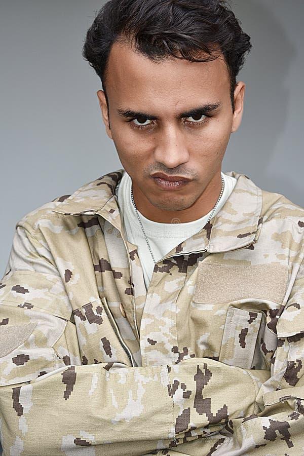 Επίμονος όμορφος αρσενικός στρατιώτης στοκ φωτογραφία με δικαίωμα ελεύθερης χρήσης