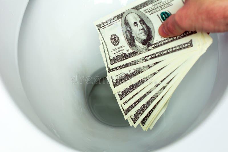 Επίπεδα χρήματα κάτω από την τουαλέτα στοκ εικόνα