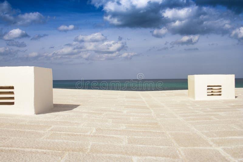 Επίπεδη άποψη στεγών με τη θάλασσα στο υπόβαθρο στοκ φωτογραφίες με δικαίωμα ελεύθερης χρήσης