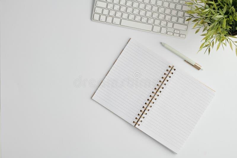 Επίπεδη διάταξη με πένα, πληκτρολόγιο υπολογιστή, ανοιχτό σημειωματάριο με κενές σελίδες και εγκατάσταση στοκ εικόνες με δικαίωμα ελεύθερης χρήσης