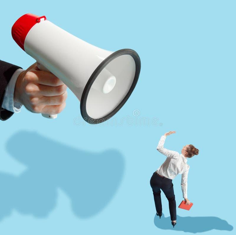 Επίπεδη isometric άποψη της επιχειρηματία και του αρσενικού χεριού με megaphone στοκ εικόνα