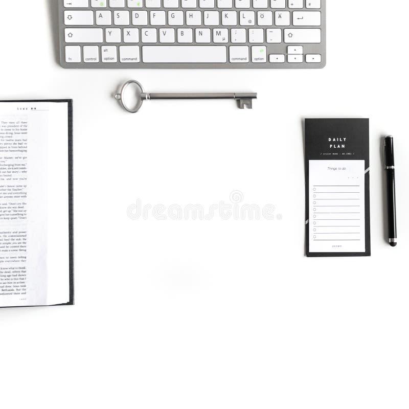 Επίπεδος βάλτε: Βίβλος και ασημένιο, γκρίζο κλειδί, για να κάνει τον κατάλογο, μαύρη μάνδρα, πληκτρολόγιο στοκ εικόνες