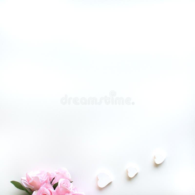 Επίπεδος βάλτε με τα διαφορετικά εξαρτήματα  ανθίστε την ανθοδέσμη, ρόδινα τριαντάφυλλα, ανοικτό βιβλίο, Βίβλος στοκ φωτογραφίες με δικαίωμα ελεύθερης χρήσης