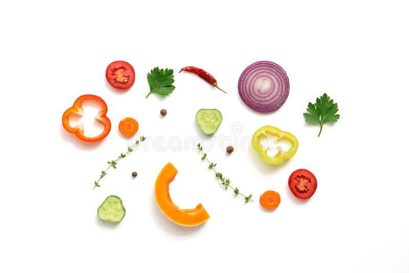 Επίπεδος βάλτε τα κομμάτια ποικίλων λαχανικών σε ένα άσπρο υπόβαθρο, που απομονώνονται r στοκ εικόνες με δικαίωμα ελεύθερης χρήσης