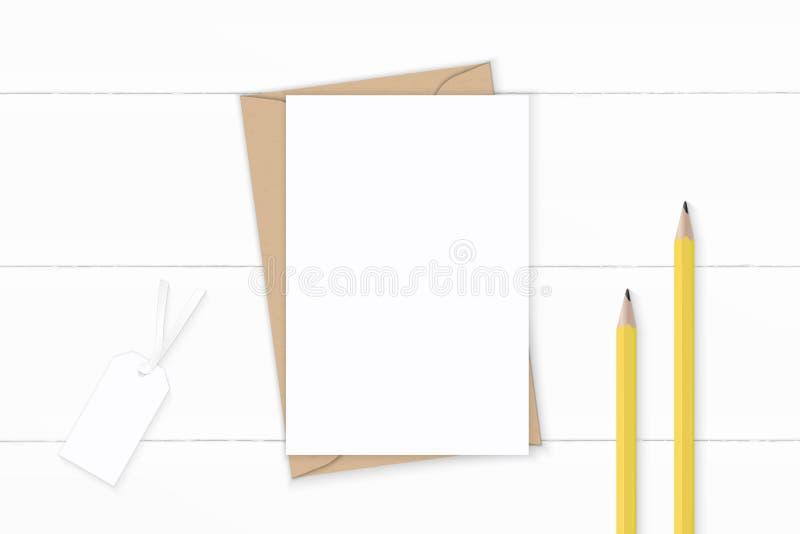 Επίπεδος βάλτε τα κομψές άσπρες μολύβια και την ετικέττα φακέλων εγγράφου του Κραφτ επιστολών σύνθεσης τοπ άποψης κίτρινες στο ξύ ελεύθερη απεικόνιση δικαιώματος