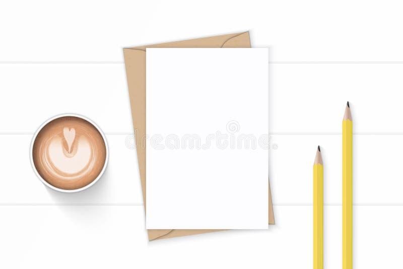 Επίπεδος βάλτε τα κομψούς άσπρους μολύβια και τον καφέ φακέλων εγγράφου του Κραφτ επιστολών σύνθεσης τοπ άποψης κίτρινους στο ξύλ απεικόνιση αποθεμάτων