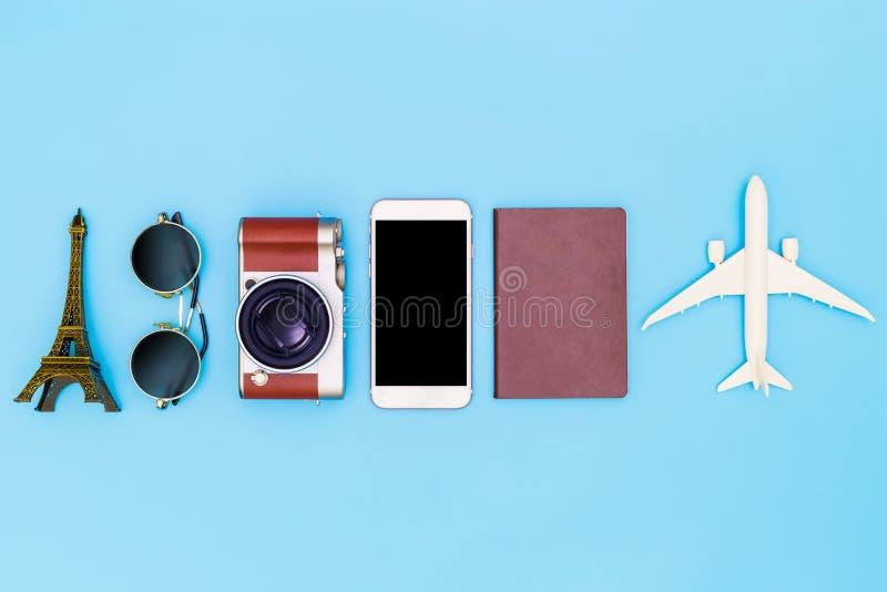 Επίπεδος βάλτε την εικόνα του βοηθητικού ιματισμού στο ταξίδι σχεδίων στις διακοπές στο μπλε υπόβαθρο, έννοια ταξιδιού, υπερυψωμέ στοκ φωτογραφία με δικαίωμα ελεύθερης χρήσης