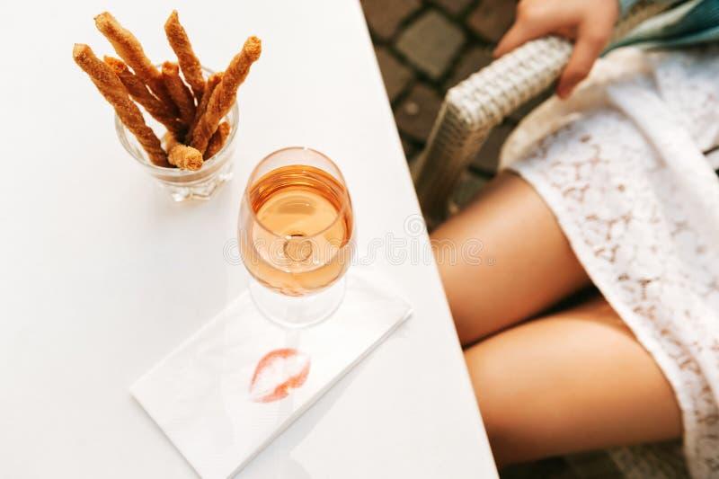 Επίπεδος βάλτε την εικόνα των ροδαλών ποδιών κρασιού και γυναικών στοκ εικόνες με δικαίωμα ελεύθερης χρήσης