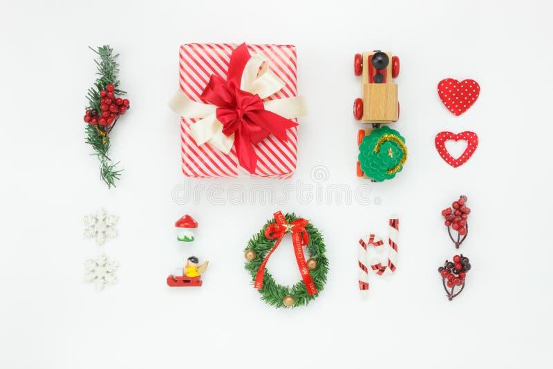 Επίπεδος βάλτε την εναέρια εικόνα των διακοσμήσεων & της Χαρούμενα Χριστούγεννας & καλής χρονιάς διακοσμήσεων στοκ εικόνα με δικαίωμα ελεύθερης χρήσης