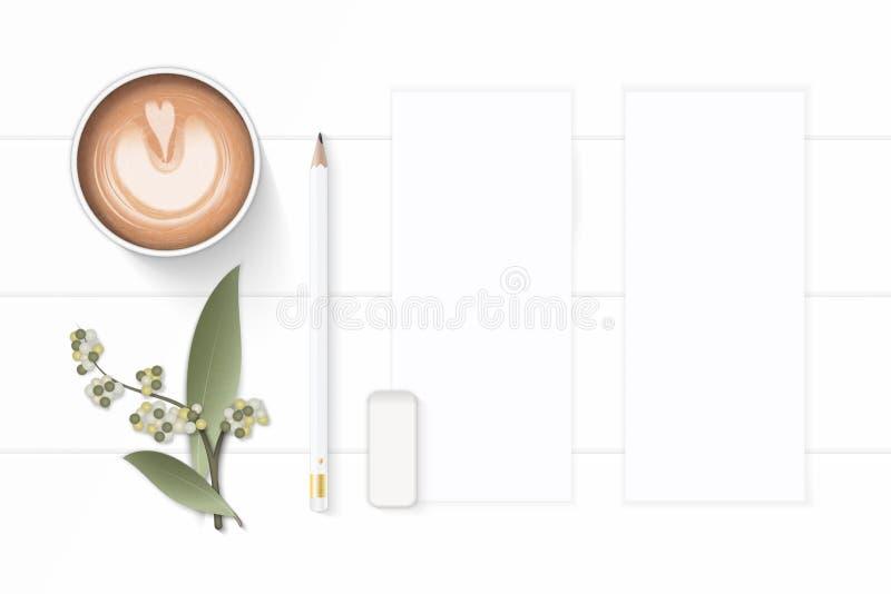 Επίπεδος βάλτε την κομψά άσπρα γόμα καφέ μολυβιών εγγράφου σύνθεσης τοπ άποψης και το φύλλο λουλουδιών στο ξύλινο υπόβαθρο στοκ εικόνες
