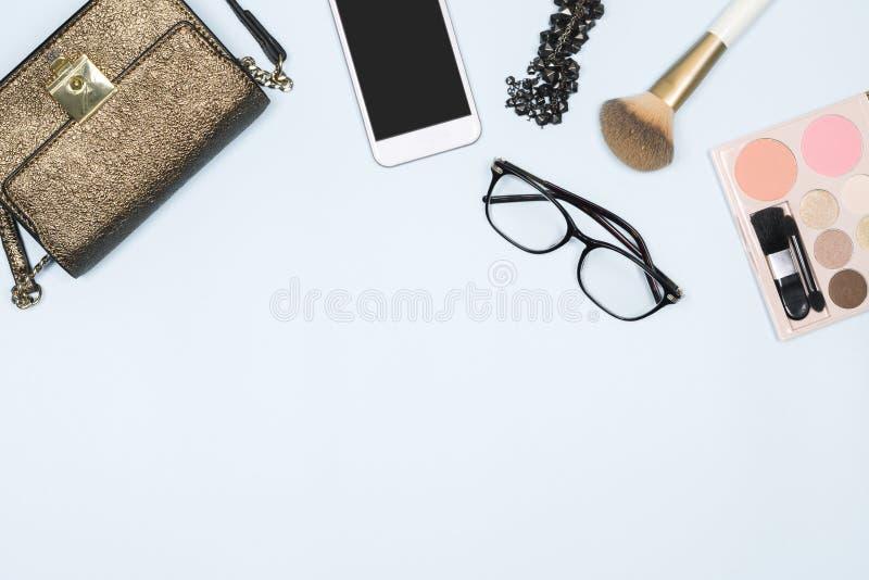 Επίπεδος βάλτε της γυναίκας μόδας Θηλυκό καλλυντικό υπόβαθρο Γενικά έξοδα των εξαρτημάτων γυναικών μόδας προϊόντων πρώτης ανάγκης στοκ φωτογραφία με δικαίωμα ελεύθερης χρήσης