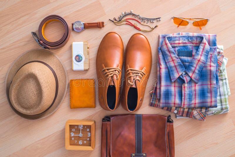 Επίπεδος βάλτε της περιστασιακής μόδας ατόμων ` s στο καφετί ξύλινο πάτωμα backgroun στοκ φωτογραφία