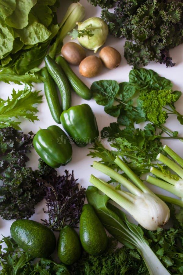 Επίπεδος βάλτε της φρέσκιας επιλεγμένης οργανικής πράσινης σαλάτας χορταριών λαχανικών πράσινης και της ποικιλίας φρούτων στοκ εικόνες