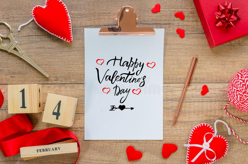 Επίπεδος βάλτε τη ευχετήρια κάρτα Περιοχή αποκομμάτων με την ημέρα του ευτυχούς βαλεντίνου κειμένων, κόκκινες καρδιές, σχοινί, κο στοκ εικόνα με δικαίωμα ελεύθερης χρήσης