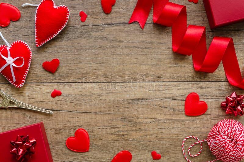 Επίπεδος βάλτε τη ρομαντική έννοια καρτών Ρύθμιση συνόρων με τις καρδιές, κόκκινο κιβώτιο δαχτυλιδιών σε ένα ξύλινο υπόβαθρο r στοκ εικόνες