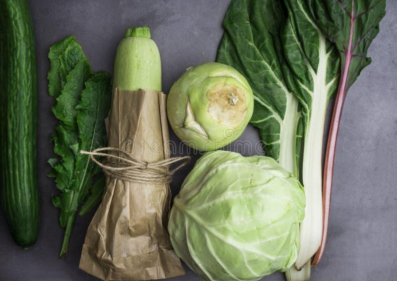 Επίπεδος βάλτε τη σειρά ανάμεικτων πράσινων λαχανικών, φρέσκων οργανικών ακατέργαστων πλουσίων προϊόντων, ινών και βιταμινών στοκ φωτογραφίες
