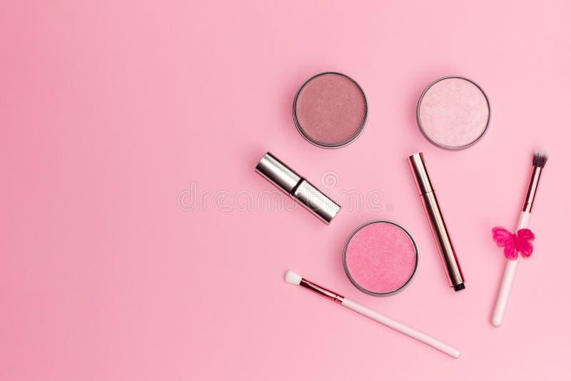 Επίπεδος βάλτε τη σύνθεση με τα διακοσμητικά προϊόντα makeup στο ρόδινο υπόβαθρο κρητιδογραφιών στοκ φωτογραφία με δικαίωμα ελεύθερης χρήσης