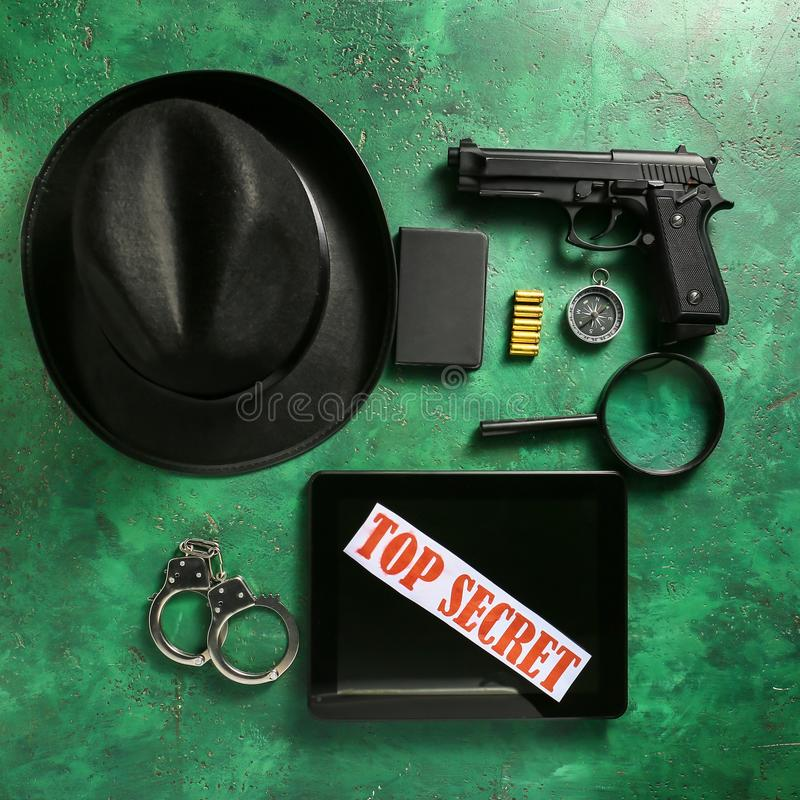 Επίπεδος βάλτε τη σύνθεση με τα διαφορετικά στοιχεία για τον ιδιωτικό αστυνομικό στο υπόβαθρο χρώματος στοκ φωτογραφία με δικαίωμα ελεύθερης χρήσης