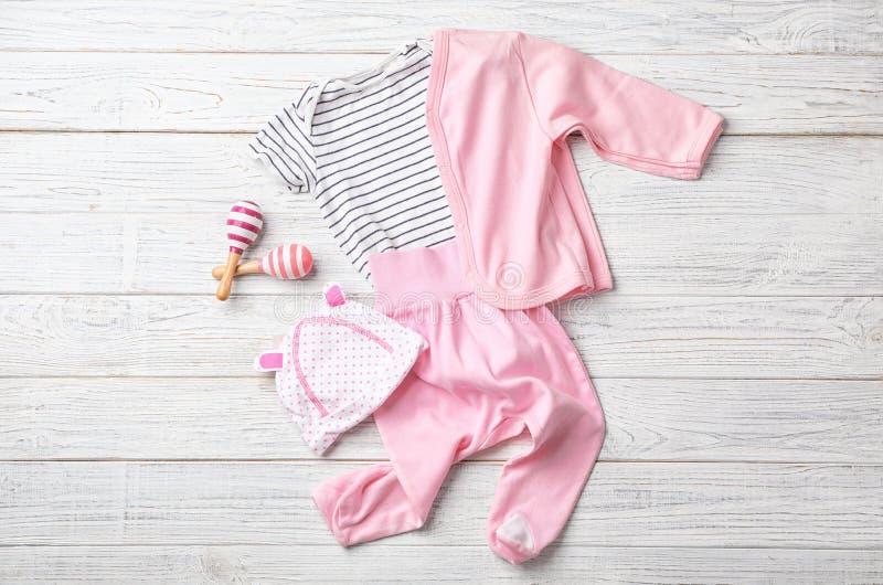 Επίπεδος βάλτε τη σύνθεση με τα ενδύματα και τα εξαρτήματα μωρών στοκ φωτογραφία με δικαίωμα ελεύθερης χρήσης