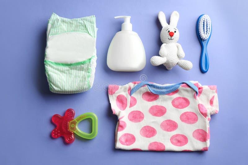 Επίπεδος βάλτε τη σύνθεση με τα εξαρτήματα μωρών στοκ φωτογραφία