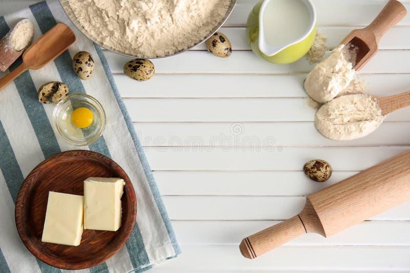 Επίπεδος βάλτε τη σύνθεση με τα εργαλεία και τα προϊόντα κουζινών στο ξύλινο υπόβαθρο Εργαστήριο αρτοποιείων στοκ εικόνες με δικαίωμα ελεύθερης χρήσης