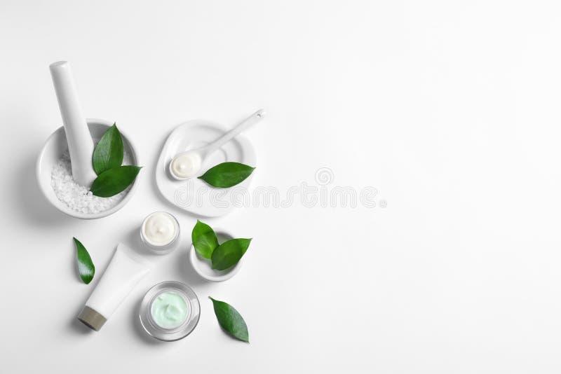 Επίπεδος βάλτε τη σύνθεση με τα καλλυντικά προϊόντα στοκ εικόνες