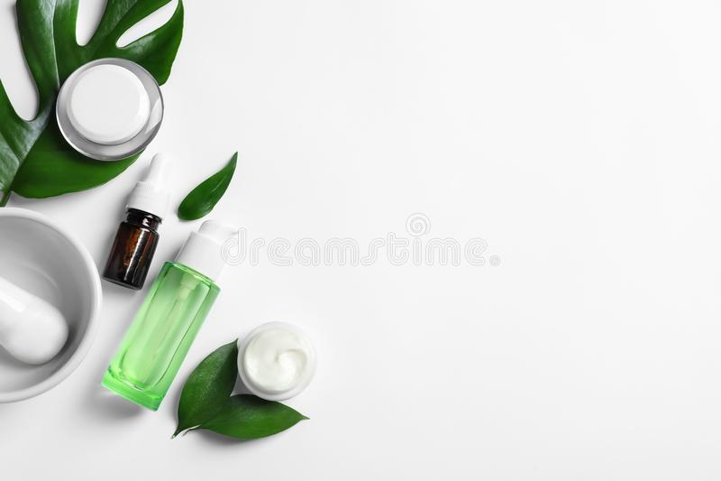 Επίπεδος βάλτε τη σύνθεση με τα καλλυντικά προϊόντα στοκ φωτογραφία