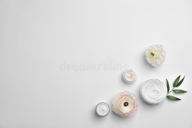 Επίπεδος βάλτε τη σύνθεση με τα καλλυντικά προϊόντα στοκ φωτογραφία με δικαίωμα ελεύθερης χρήσης