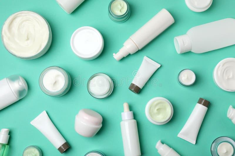 Επίπεδος βάλτε τη σύνθεση με τα καλλυντικά προϊόντα στοκ εικόνα