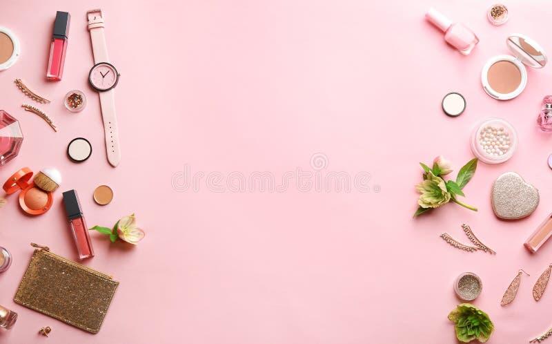 Επίπεδος βάλτε τη σύνθεση με τα μοντέρνα θηλυκά εξαρτήματα και τα διακοσμητικά καλλυντικά στοκ φωτογραφία με δικαίωμα ελεύθερης χρήσης