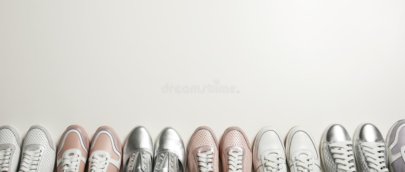 Επίπεδος βάλτε τη σύνθεση με τα μοντέρνα παπούτσια στο φως r στοκ φωτογραφίες με δικαίωμα ελεύθερης χρήσης
