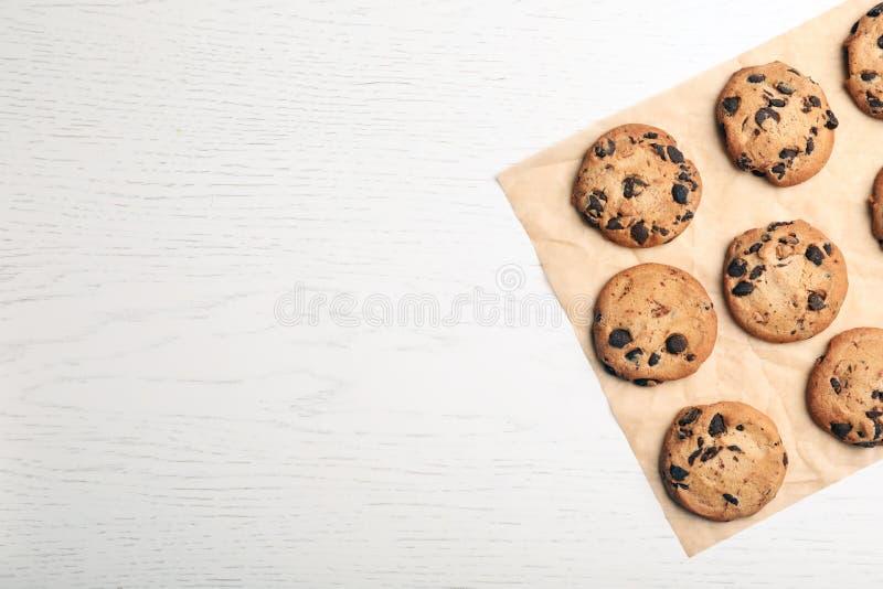 Επίπεδος βάλτε τη σύνθεση με τα μπισκότα σοκολάτας και το διάστημα για το κείμενο στοκ εικόνα με δικαίωμα ελεύθερης χρήσης