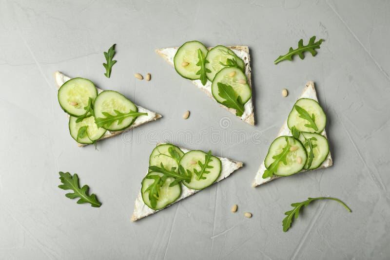 Επίπεδος βάλτε τη σύνθεση με τα παραδοσιακά αγγλικά σάντουιτς αγγουριών στοκ εικόνες