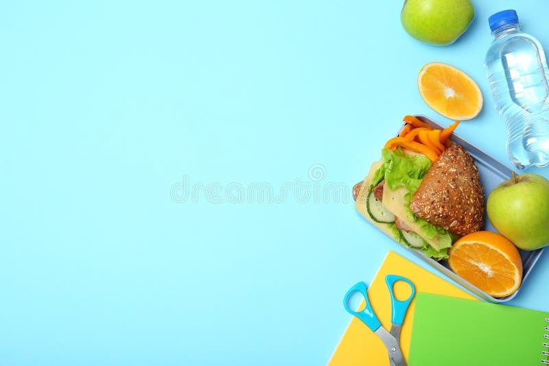 Επίπεδος βάλτε τη σύνθεση με τα υγιή τρόφιμα για το παιδί σχολείου και το διάστημα για το κείμενο στοκ εικόνα με δικαίωμα ελεύθερης χρήσης