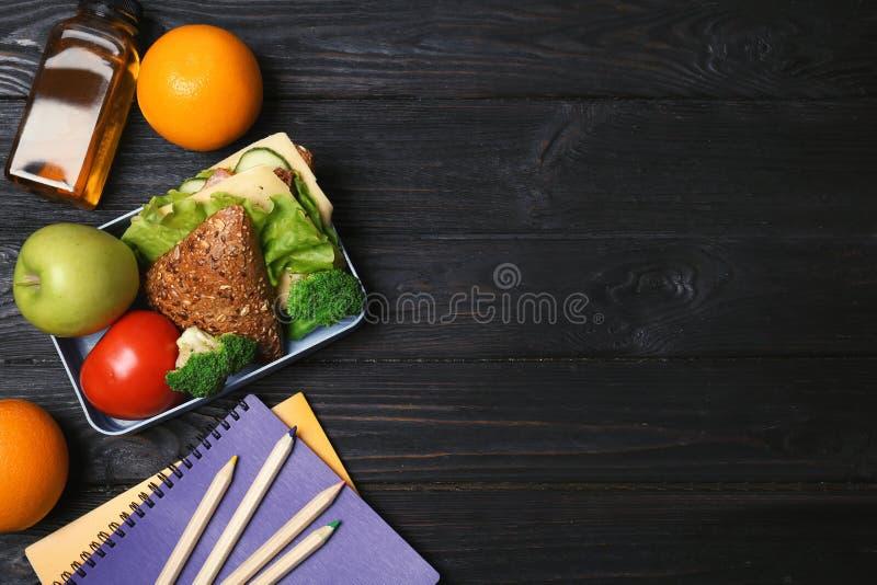 Επίπεδος βάλτε τη σύνθεση με τα υγιή τρόφιμα για το παιδί σχολείου στοκ εικόνα με δικαίωμα ελεύθερης χρήσης