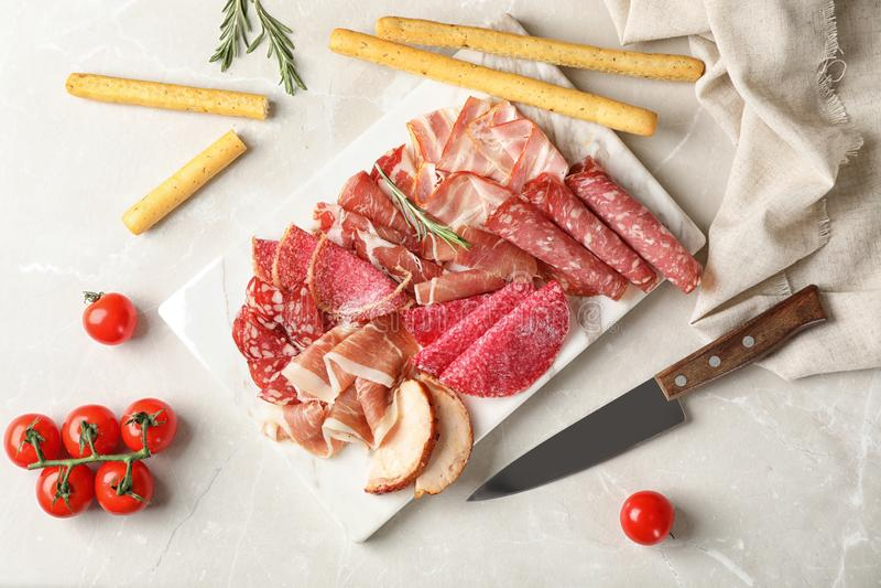 Επίπεδος βάλτε τη σύνθεση με τις διαφορετικές λιχουδιές κρέατος στοκ φωτογραφία με δικαίωμα ελεύθερης χρήσης