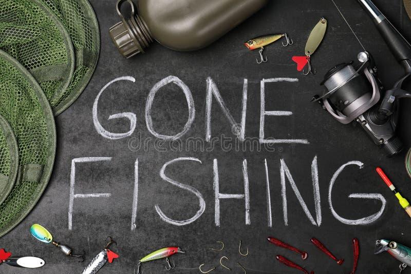 Επίπεδος βάλτε τη σύνθεση με τον εξοπλισμό και τις λέξεις αλιειών στοκ φωτογραφίες
