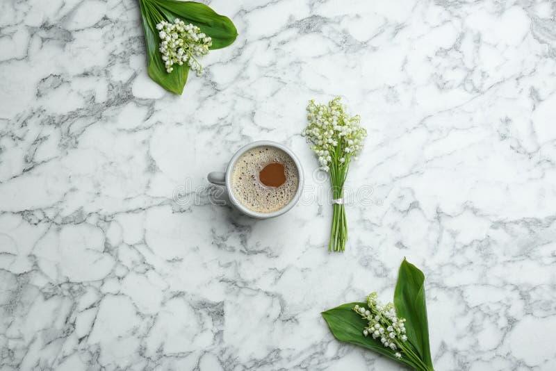 Επίπεδος βάλτε τη σύνθεση με τον κρίνο των ανθοδεσμών και του καφέ κοιλάδων στοκ φωτογραφία