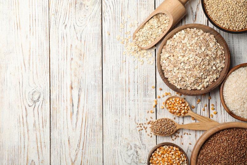 Επίπεδος βάλτε τη σύνθεση με τους διαφορετικούς τύπους σιταριών και δημητριακών στοκ φωτογραφία με δικαίωμα ελεύθερης χρήσης