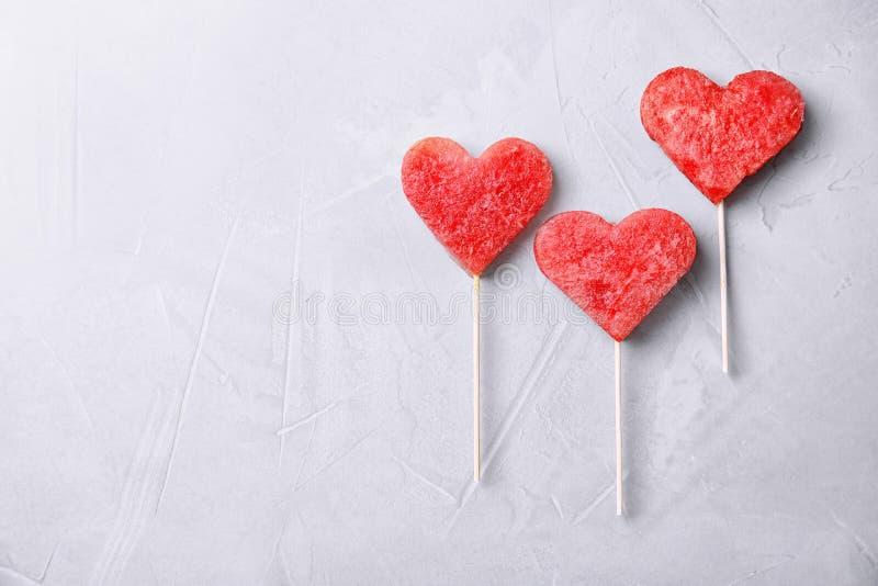 Επίπεδος βάλτε τη σύνθεση με το καρπούζι popsicles στοκ εικόνες