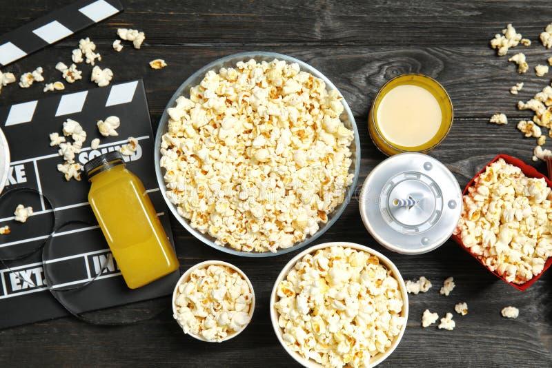 Επίπεδος βάλτε τη σύνθεση με popcorn, τον κινηματογράφο clapperboard και τα ποτά στοκ εικόνες