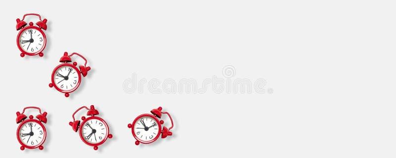 Επίπεδος βάλτε τη σύνθεση του κόκκινου σχεδίου ξυπνητηριών στο γκρίζο υπόβαθρο με το διάστημα για το κείμενο r ελεύθερη απεικόνιση δικαιώματος
