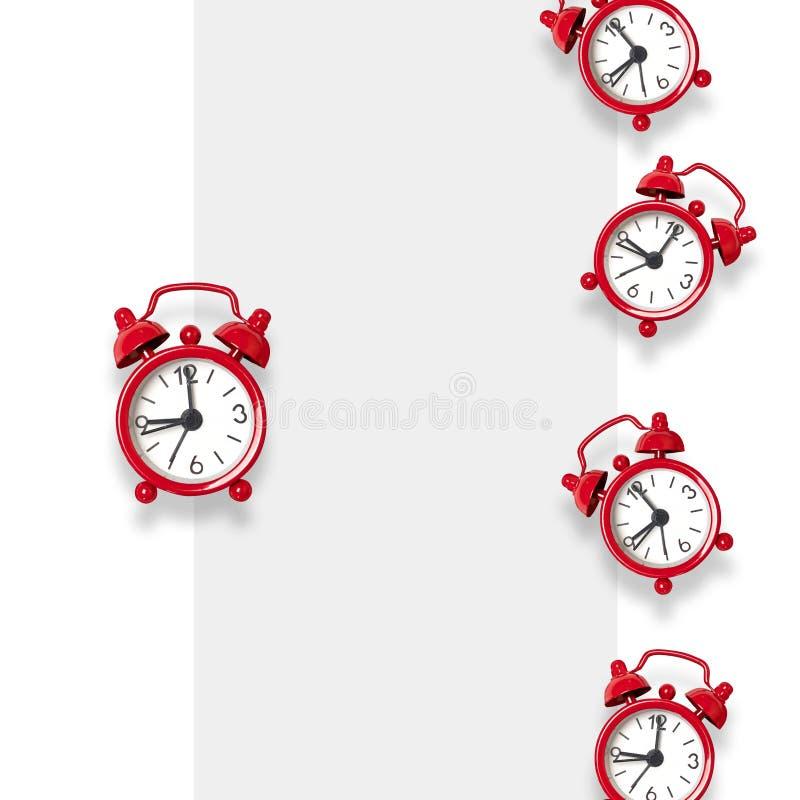 Επίπεδος βάλτε τη σύνθεση του κόκκινου σχεδίου ξυπνητηριών στο γκρίζο υπόβαθρο με το διάστημα για το κείμενο r διανυσματική απεικόνιση