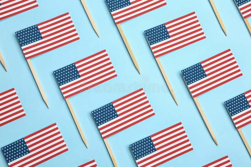 Επίπεδος βάλτε τη σύνθεση των ΑΜΕΡΙΚΑΝΙΚΩΝ σημαιών Ευτυχής ημέρα της ανεξαρτησίας στοκ εικόνες