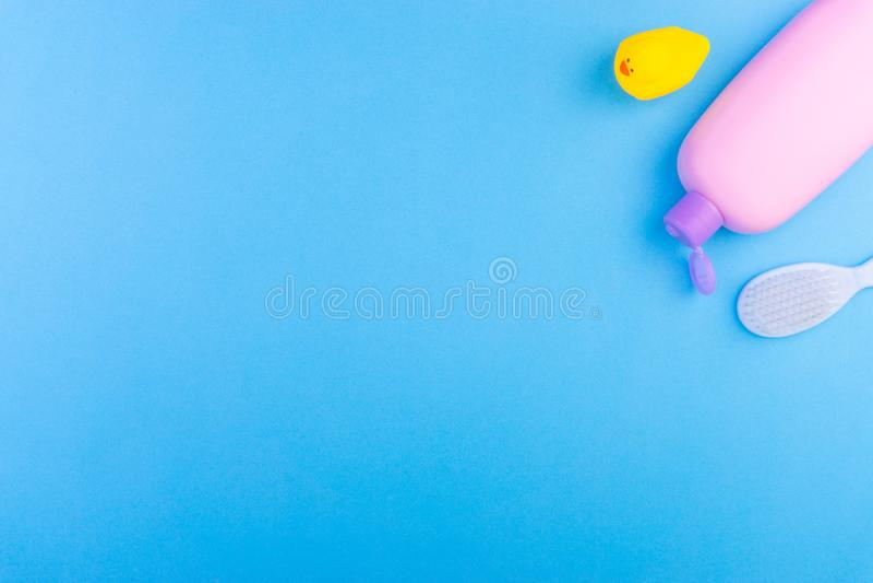 Επίπεδος βάλτε τη σύνθεση των προϊόντων προσοχής μωρών στοκ φωτογραφία