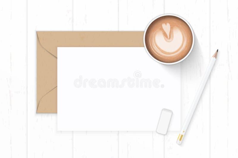 Επίπεδος βάλτε τον κομψούς άσπρους καφέ φακέλων εγγράφου του Κραφτ επιστολών σύνθεσης τοπ άποψης και τη γόμα μολυβιών στο ξύλινο  στοκ εικόνες