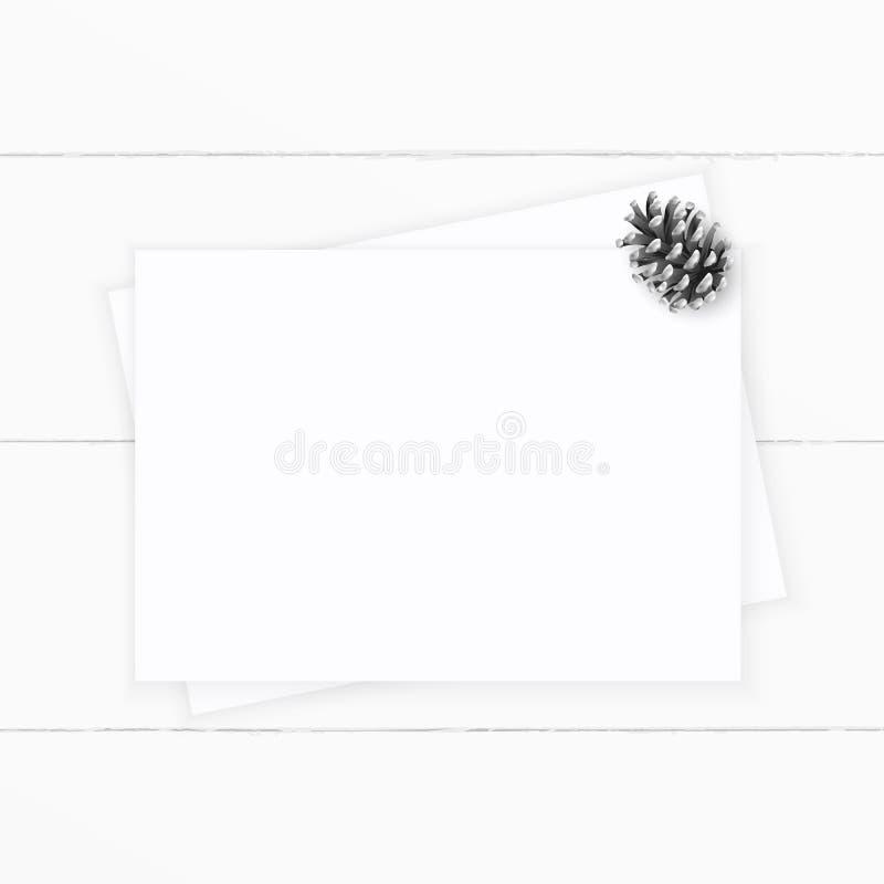 Επίπεδος βάλτε τον κομψό άσπρο κώνο πεύκων εγγράφου σύνθεσης Χριστουγέννων τοπ άποψης στο ξύλινο υπόβαθρο Σχέδιο διακοσμήσεων Χρι στοκ φωτογραφίες