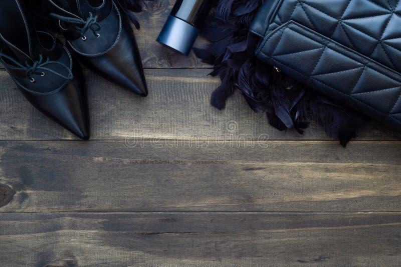 Επίπεδος βάλτε, τοπ άποψη των θηλυκών εξαρτημάτων μόδας Μαύρη τσάντα, στοκ εικόνες