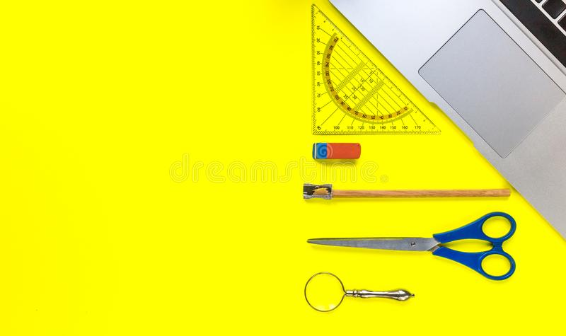 Επίπεδος βάλτε, τοπ πλαίσιο επιτραπέζιων γραφείων γραφείων άποψης στοκ φωτογραφία με δικαίωμα ελεύθερης χρήσης