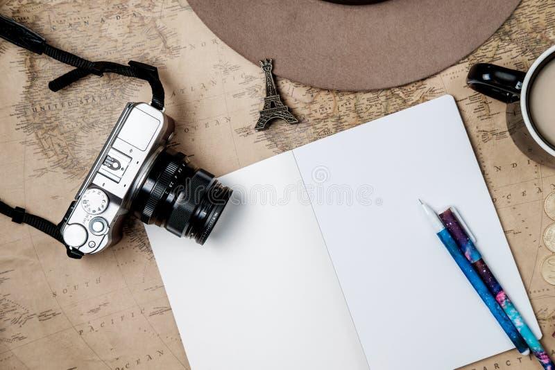 Επίπεδος βάλτε το εκλεκτής ποιότητας υπόβαθρο περιπέτειας με το καπέλο, κάμερα και passp στοκ εικόνες